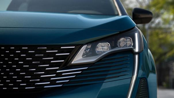 Nouveau SUV PEUGEOT 5008: projecteurs avant full LED