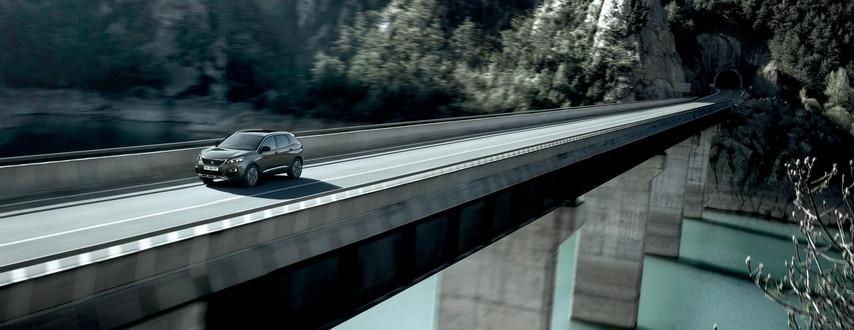 SUV PEUGEOT 3008 : face avant sur route